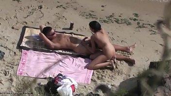 Mujeres desnudas en la playa